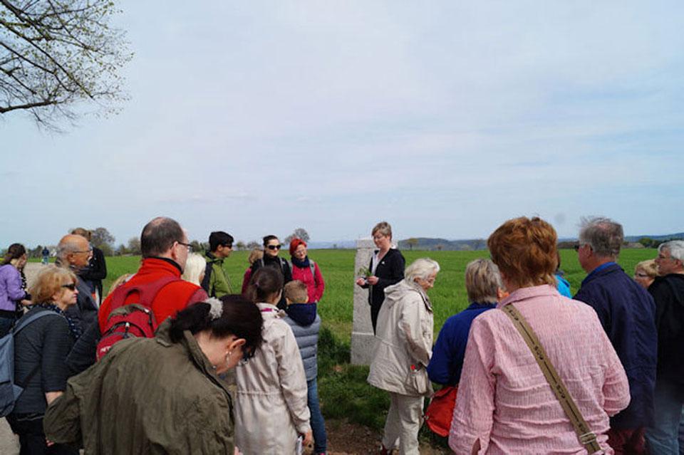 Zahlreiche Teilnehmer erfahren auf der Kräuterwanderung mehr über Heilpflanzen