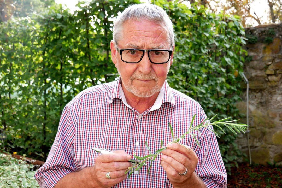 Naturarzt mit Heilpflanze