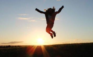 Person macht einen Luftsprung durch positives Denken