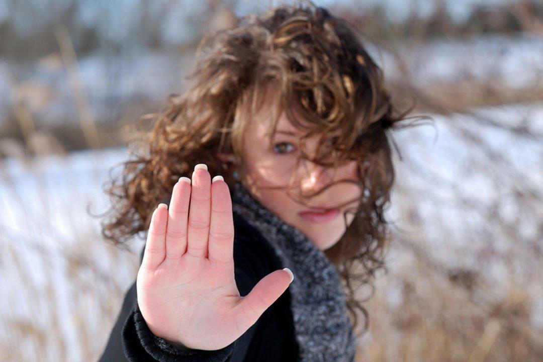 Frau setzt sich mit Handzeichen durch