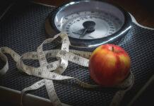 Messband, Waage und ein Apfel - wie der Stoffwechsel das Gewicht beeinflusst