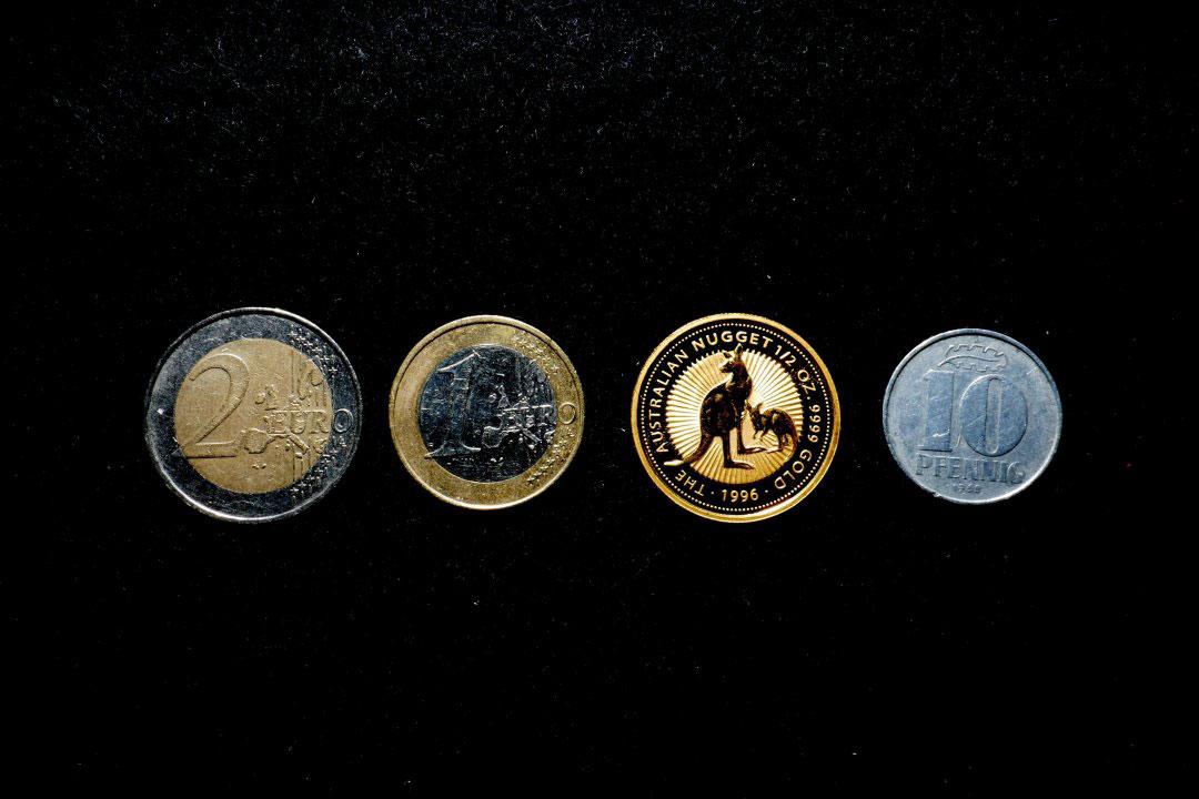 Verschieden Münzen auf schwarzem Hintergrund