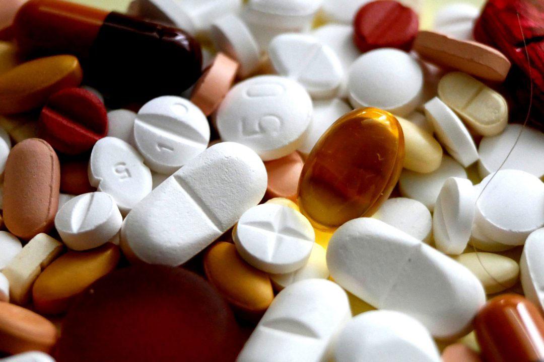Viele verschiedene Pillen auf dem Tisch