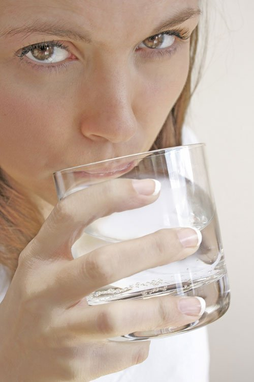 Girl trinkt Wasser