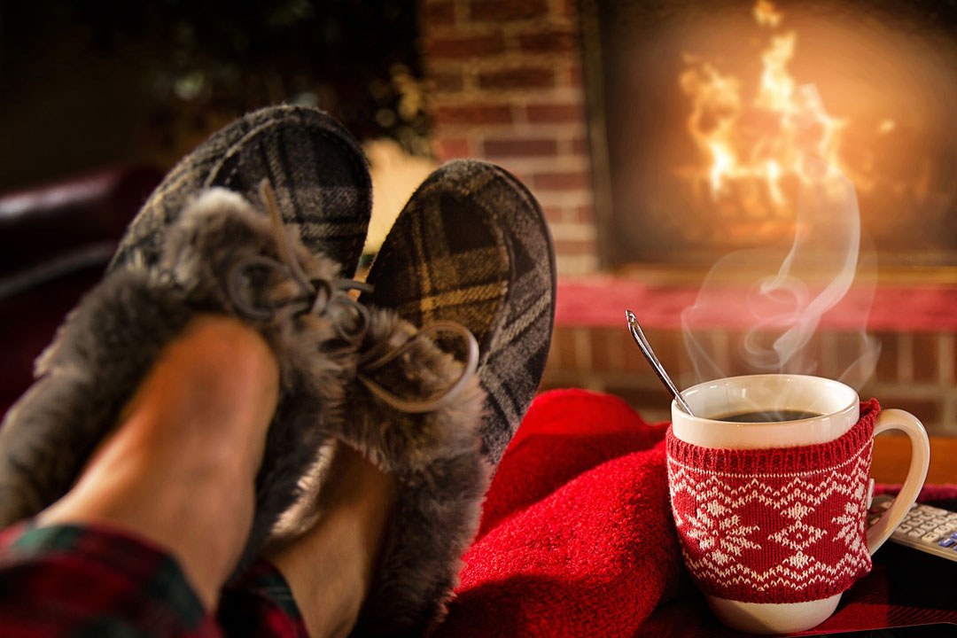 Gemütlich im Wohnzimmer mit einer Tasse Tee naschen