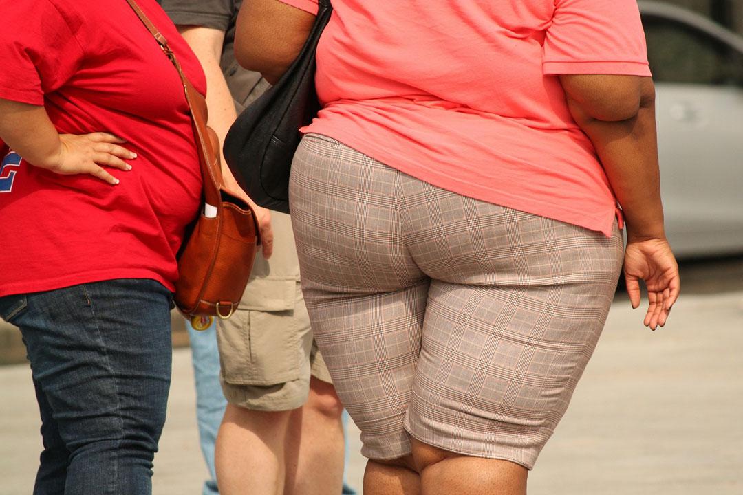 Übergewichtige Frauen auf der Strasse