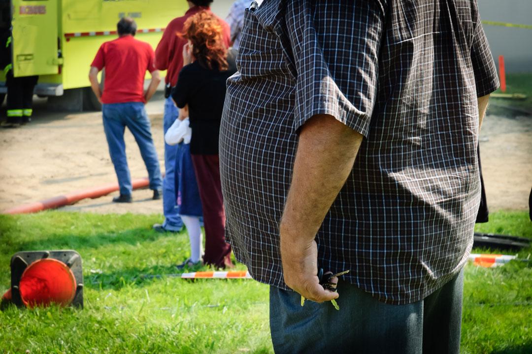 Übergewichtiger Mann im Freien