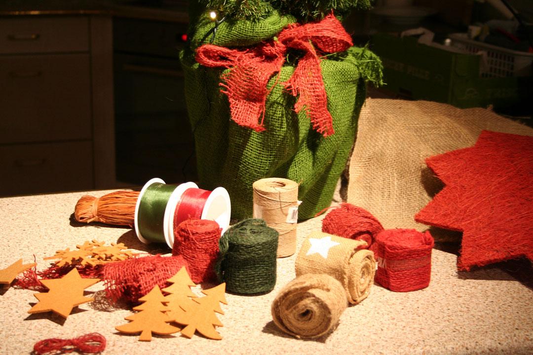 eine weihnachtlich dekorierte zuckerhutfichte selber herstellen. Black Bedroom Furniture Sets. Home Design Ideas