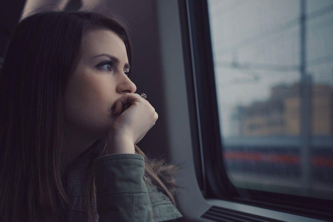 Nachdenklich in der Eisenbahn