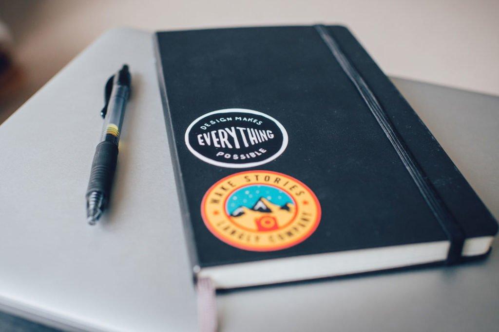 Gewichtsjournal mit Kugelschreiber hilft beim Abnehmen