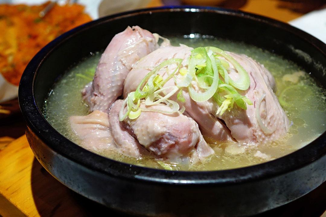 Hühnersuppe mit ganzem Huhn