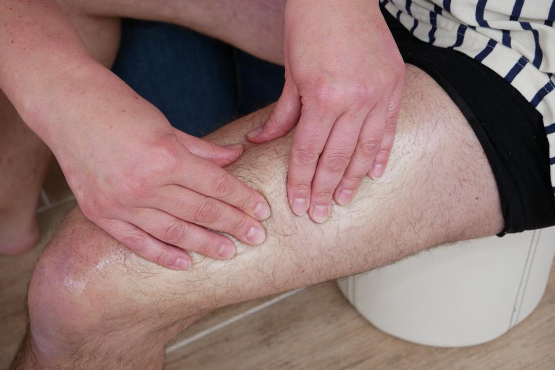 Muskelkater mit sanfter Massage behandeln.