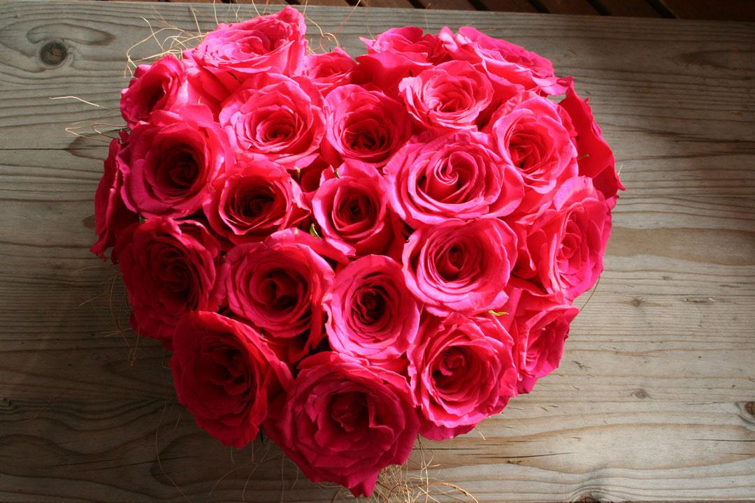 Fertiggestelltes Valentinstag-Rosengesteck
