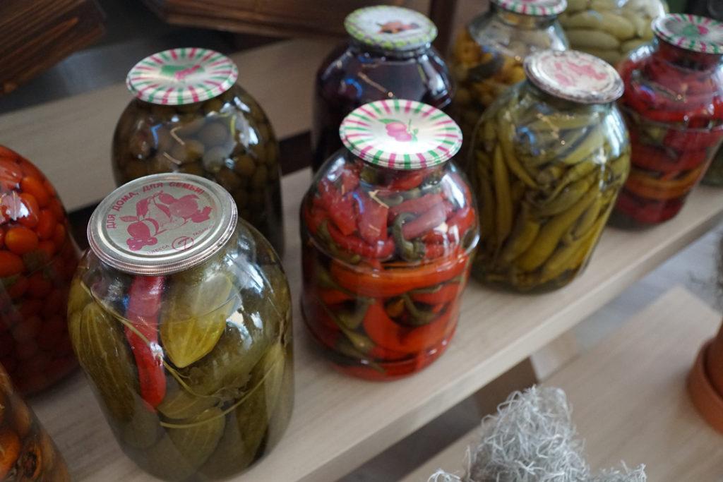 Verschiedene Einmachgläser mit Gemüse zum Vorkochen