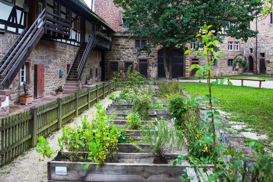 Kräutergarten in einem Innenhof