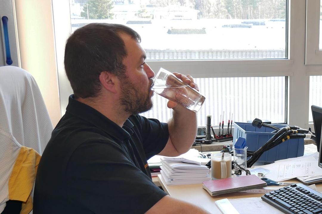 Jede Stunde ein Glas Wasser.