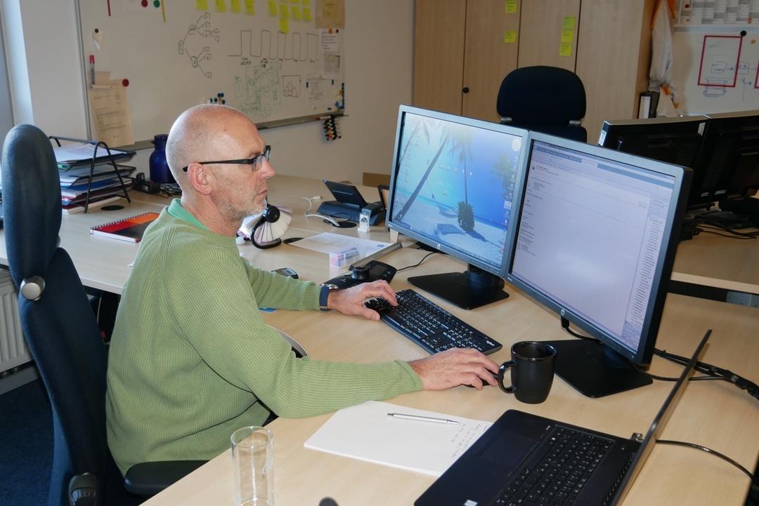 Sitzen am Computerarbeitsplatz. Standard im heutigen Berufsleben