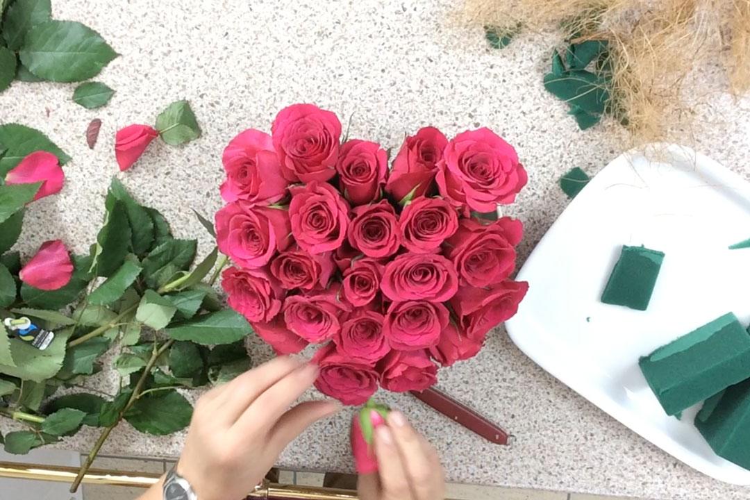 Valentinstag-Gesteck mit Rosen bestücken