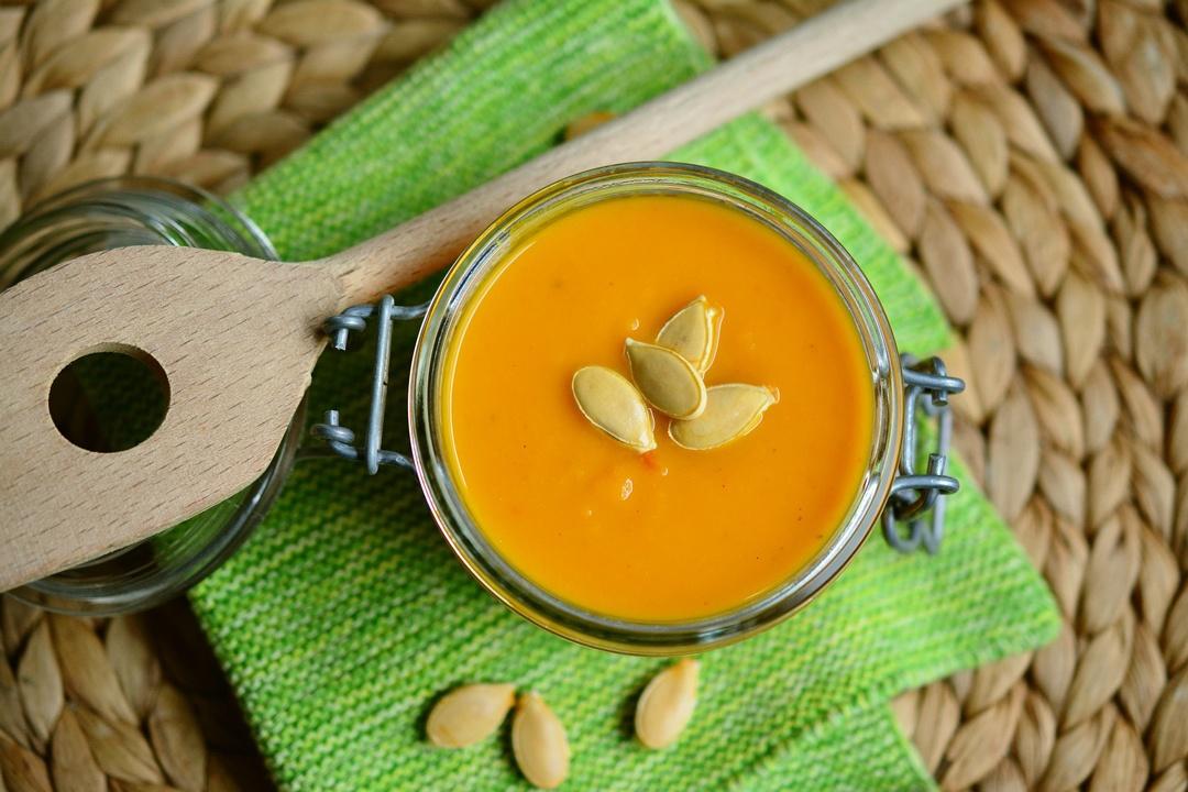 Vorgekochte Kürbissuppe im Einmachglas