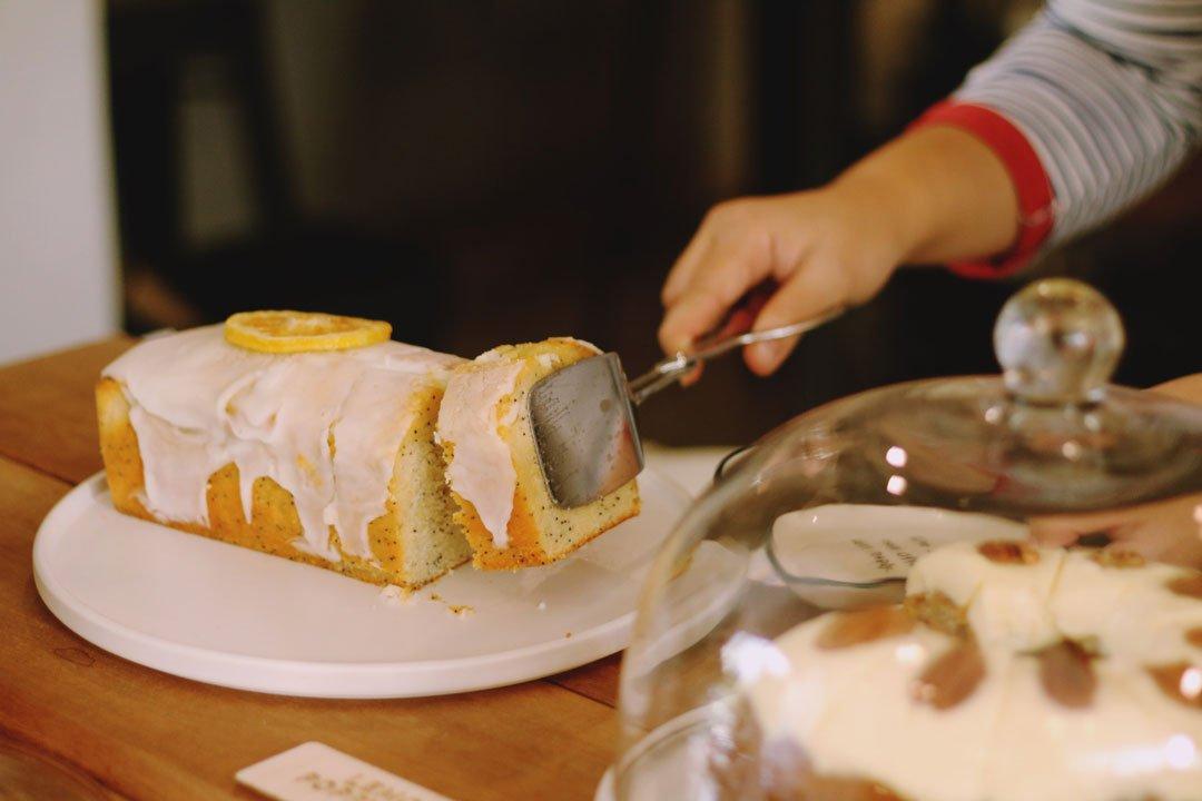 Zitronenkuchen vom Buffet nehmen.