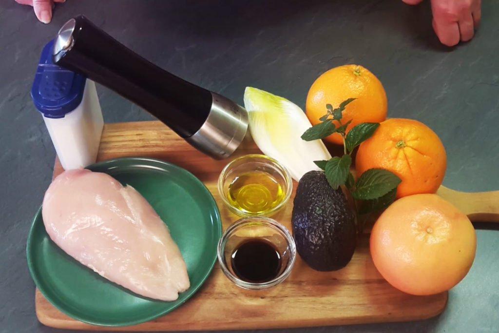 Zutaten für ein Avocado-Hähnchen-Salat mit Zitrusfrüchten
