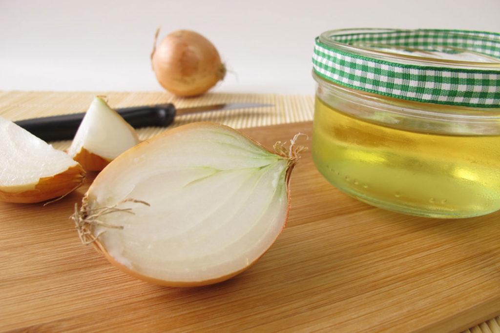 Herstellung von Zwiebelsaft. Die Zwiebel als Saft kann gegen Husten helfen.