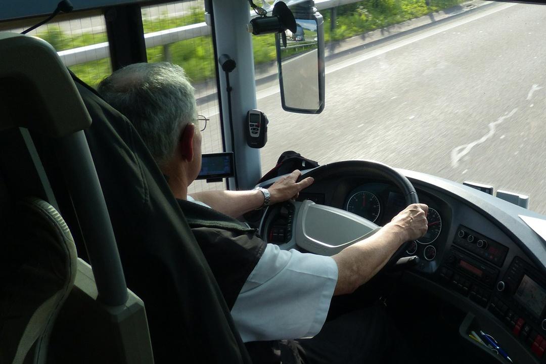 Busfahrer hinter dem Steuer auf der Fahrt