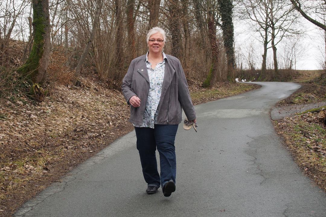 Heike auf dem Spaziergang auf Fussweg