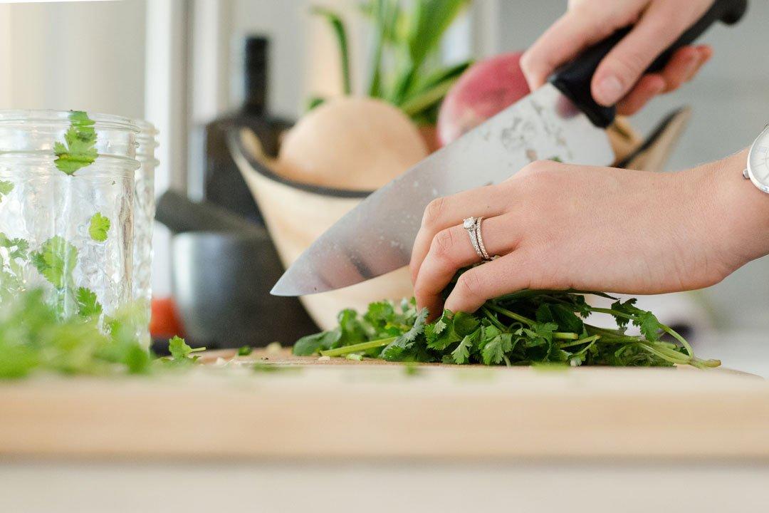 Meal Prep: Gewürzkräuter schneiden