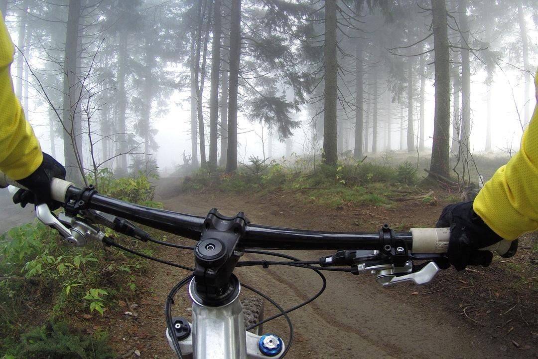 Benutze beim Mountainbiking die Frontbremse