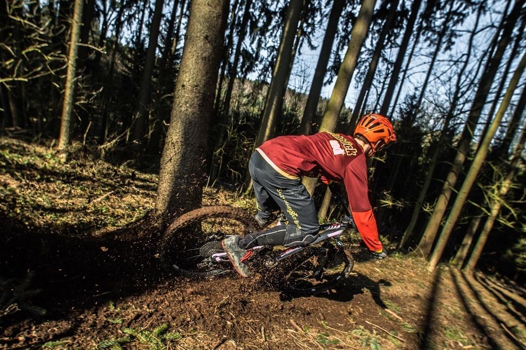 Mit dem Mountainbike Downhill durch den Walf