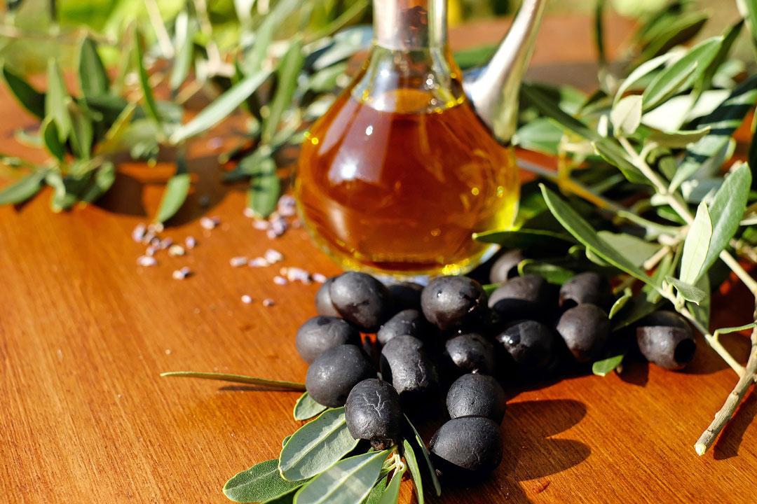Frische Oliven und Olivenöl in der Karaffe