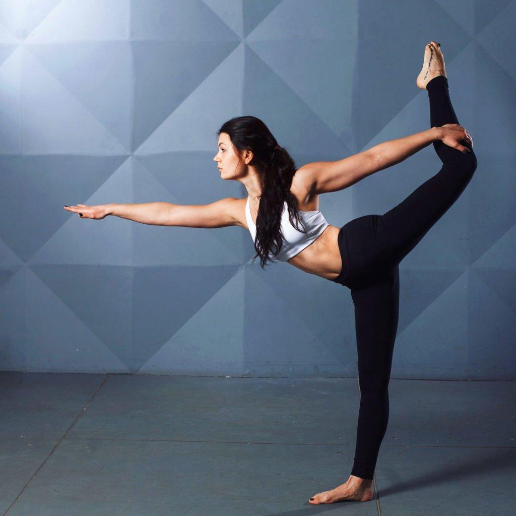 Eine Frau trainiert mit Yoga die Faszien