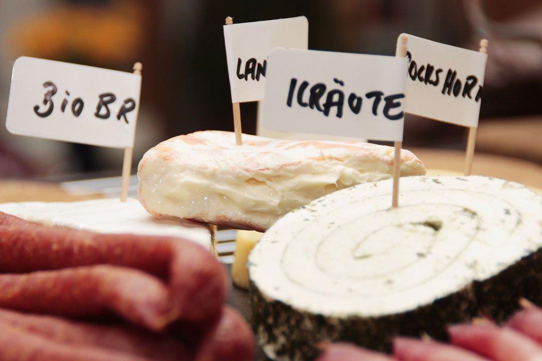 Proteinreiche Nahrungsmittel wie Wurst und Käse
