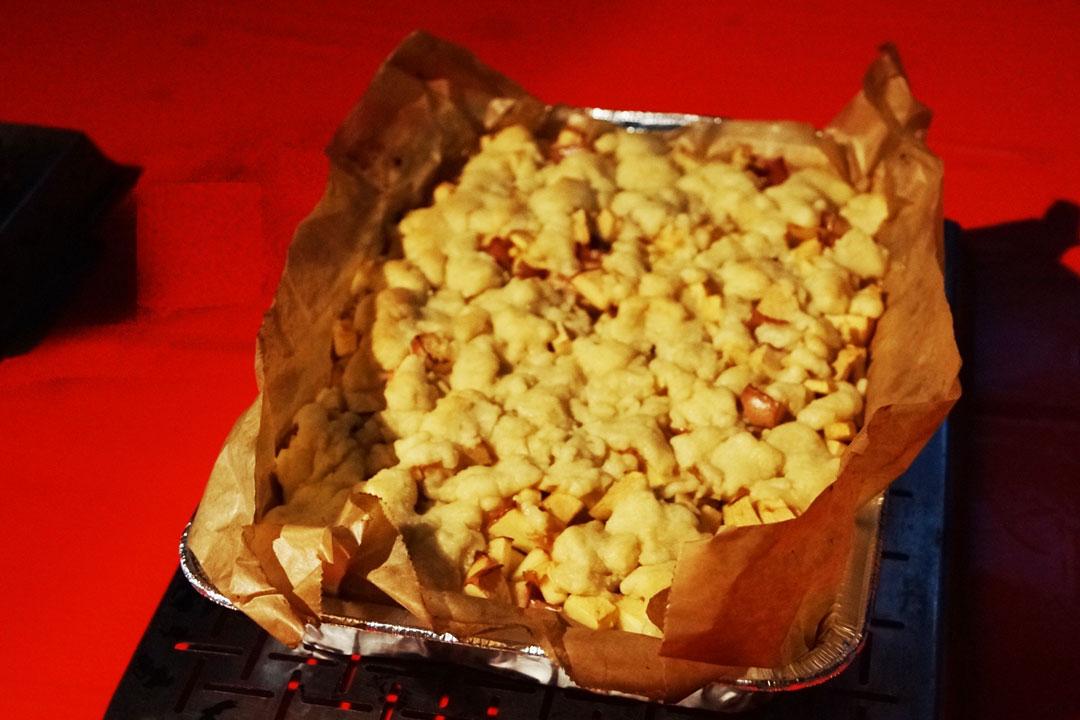 Mit Streuselteig und frischen Äpfeln lässt sich das perfekte Dessert vom Grill zaubern.