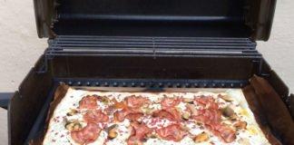 Flammkuchen backen auf dem Grill.