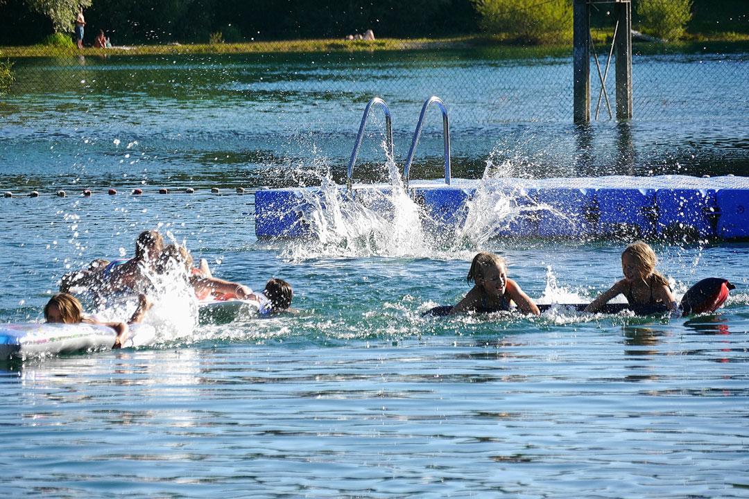 Lassen Sie kleine Kinder nie - auch nicht nur kurz - unbeaufsichtigt im oder am Wasser spielen.