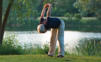 Ein Mann macht im Freien Übungen für einen starken Rücken
