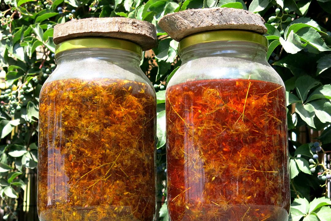 Diese bearbeiteten Pflanzenteile in ein weißes Glas oder eine Flasche füllen und mit gutem Olivenöl aufschütten. Den Rest erledigt die Sonne.