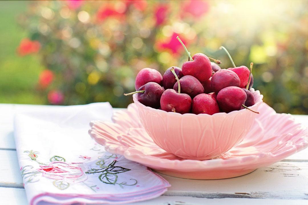 In Kirschen sind reichlich Mineralstoffe und Folsäure enthalten. Machen Sie doch wieder einmal halt bei einem Bauernhof und kaufen erntefrische Produkte.
