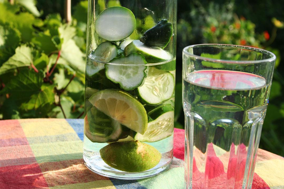 Sommer-Erfrischungsgetränk mit Gurken