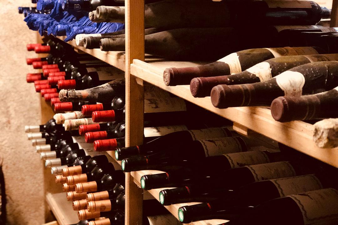 Weinkeller mit französischen Weinen im Brauereigasthof Aying