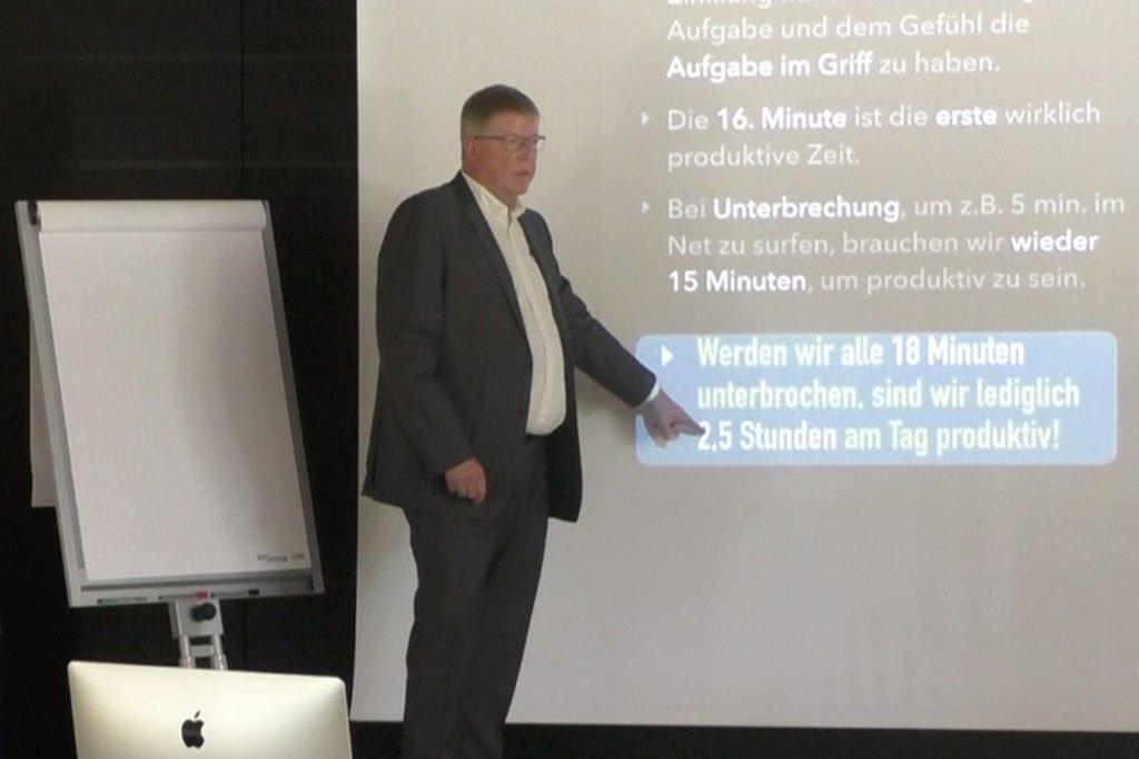 """Ralf Wuzel in einem Vortrag über """"Digitalen Stress"""" und den Dopamin-Kicks in den Sozialen Netzwerken."""