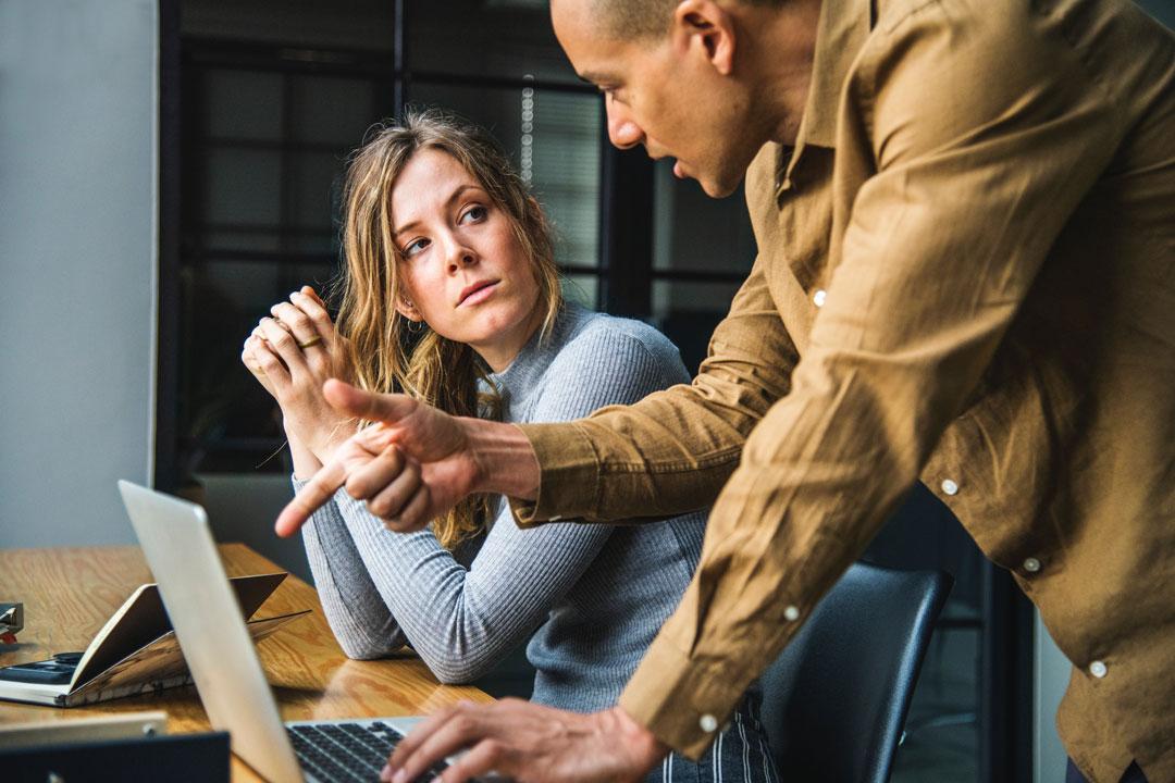 Der Sprachstil der Führungsebene hat einen großen Einfluss auf das Arbeitsklima.