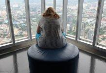 Übergewichtige Frau denkt über die Motivation des Abnehmens nach