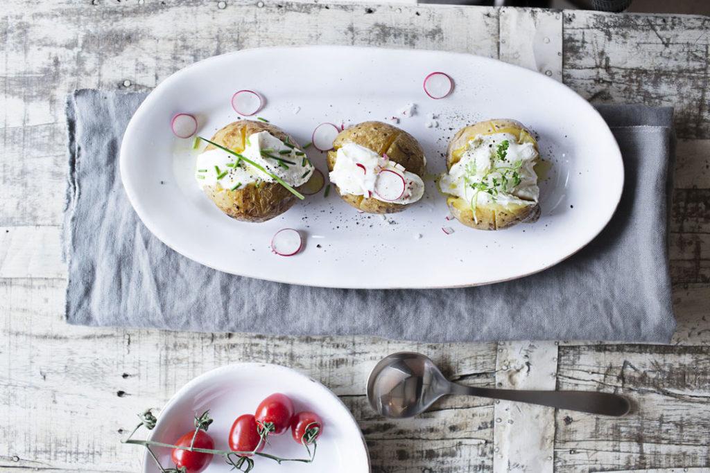 Ofen-Kartoffel mit Kräuterschmand.
