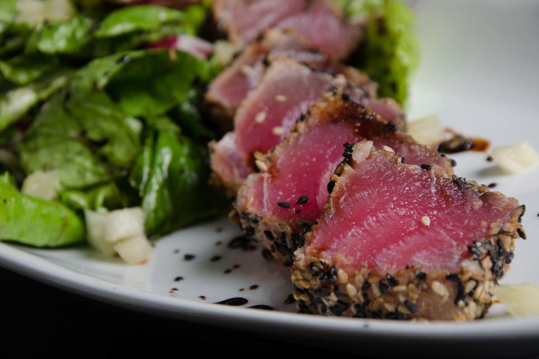 Salat mit rohem Thunfisch