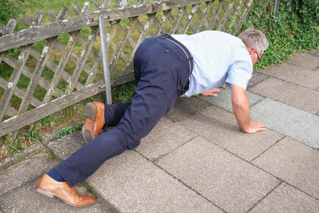Eine große Gefahr bei Grauem Star: Stufen oder eine kleine Kante auf dem Weg.