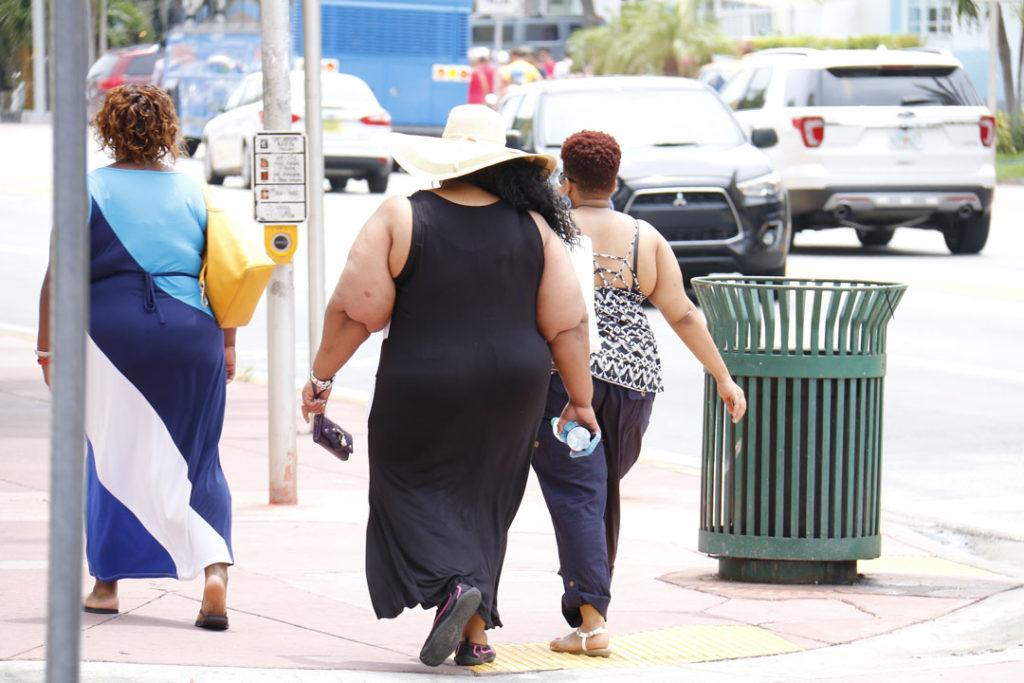 Drei übergewichtige Frauen auf der Strasse