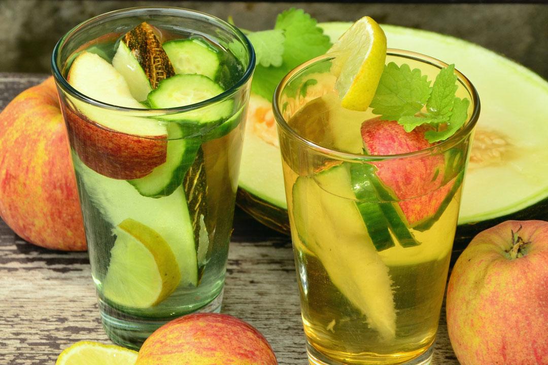 Wasser mit Obst und Früchten